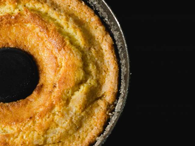 A cake in a round pan that's come right out of the oven. Pexels stock photo.